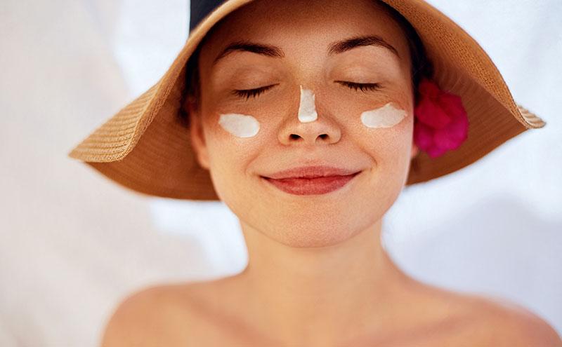aplicar protetor solar no rosto
